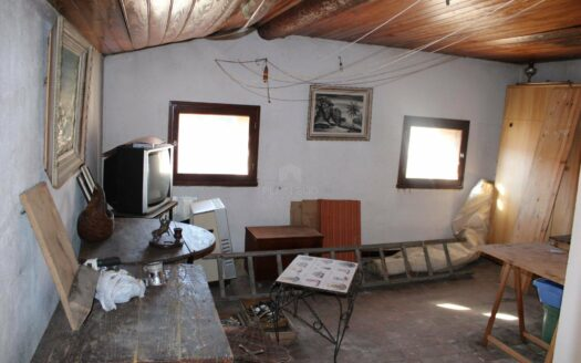 Valbonne village, maison de village entièrement à rénovée